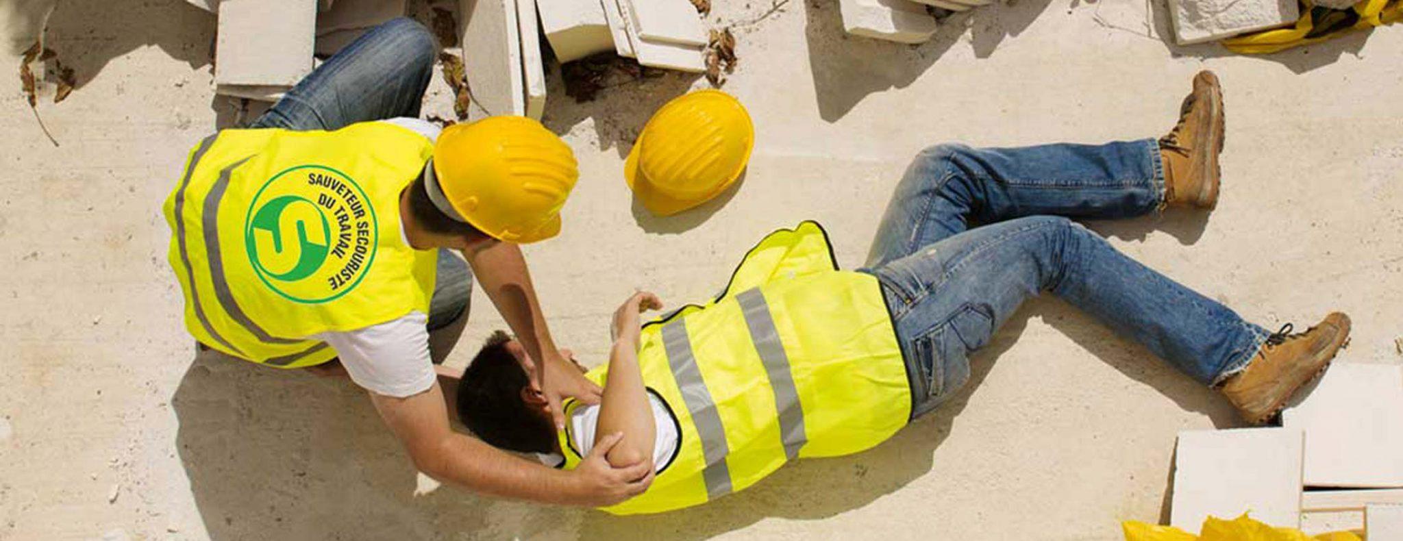 photo d'un secouriste qui intervient lors d'un accident de travail suite à sa formation SST
