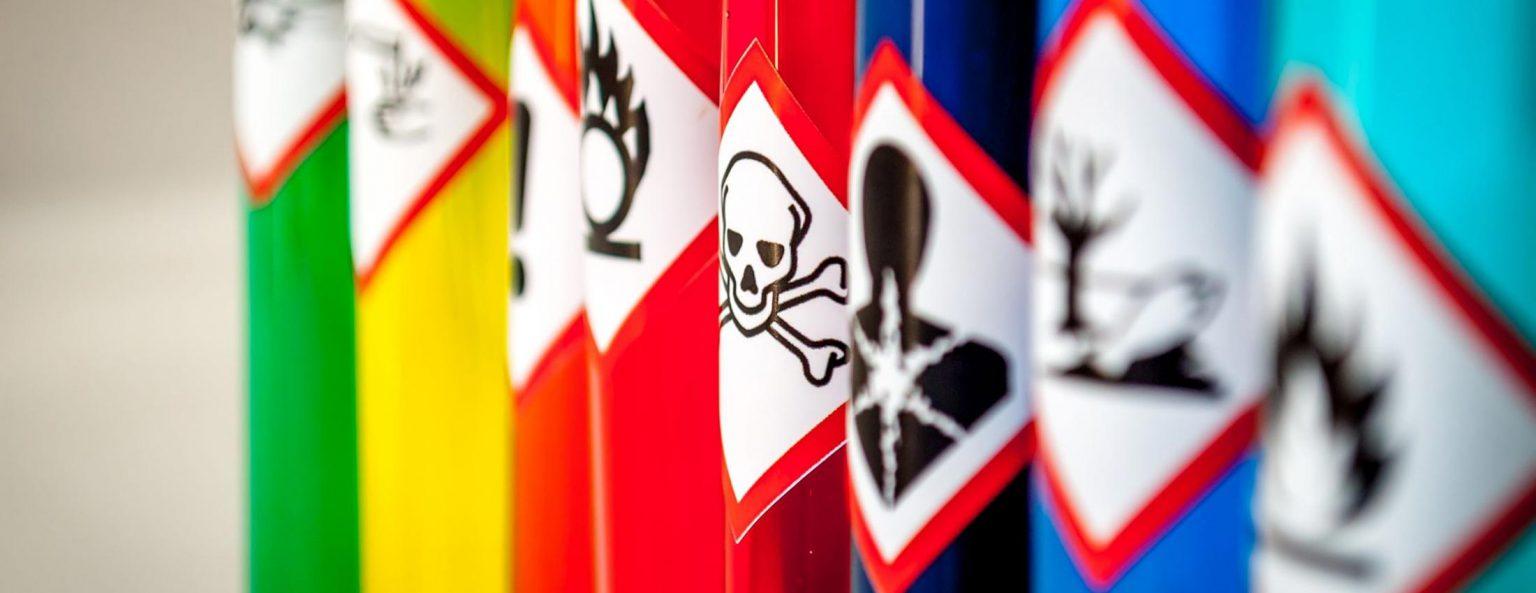 photo avec des futs de produits chimiques pour les formations de sensibilisation des risques chimiques bernat conseil et formation